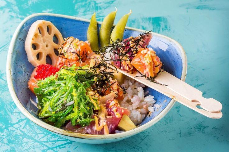 Mahalo South Pacific Fine Food ristorante hawaiano Ponte Milvio NIOI POKE: riso, salmone e tonno con marinatura Mahalo, avocado, spicy mayo, uova di pesce volante, cipollotto, alga nori croccante, sesamo e wakame