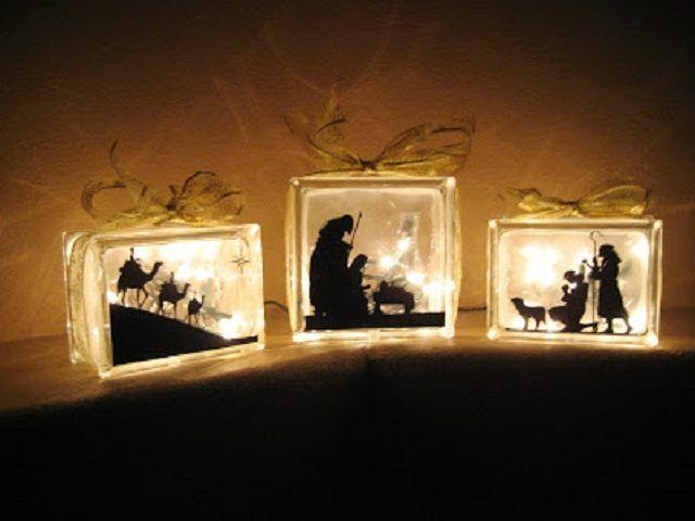 Lo que necesitaras para este proyecto: - 3 bloques de vidrio de diferentes tamaño - Dibujo de nacimiento en vinil negro, en 3 piezas - Cinta gruesa dorada - Luces navideñas blancas  Pa...