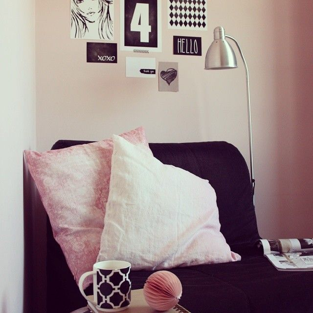 Mój #readingnook i mini #gallerywall // #blogpost #homeoffice #poster #graphic #pillows #hmhome #pink #blackandwhite  #madivacreative .Zapraszam :)