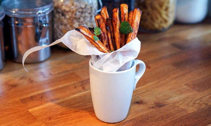 Hele hemmeligheten til sprø søtpotetfries ligger i en spesiell ingrediens. Si farvel til slappe søtpotetfries med dette enkle trikset!