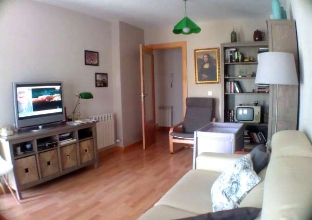 Precioso piso de 80 m vpo. 12.000 � m�s barato que el precio marcado por dga.!!! 80 m2 �tiles distribuidos en 3 dormitorios dobles, amplio sal�n de 20 m, cocina totalmente equipada y dos ba�os. terraza acristalada, muy soleado. ventanas de aluminio y c