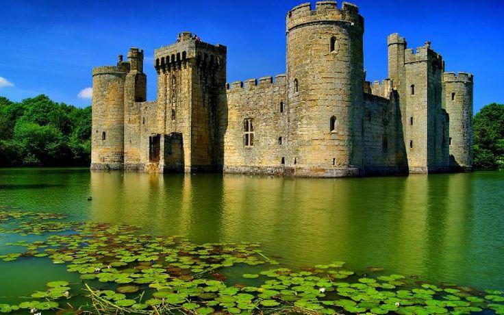 Замок Бодиам, Ист Сассекс, Англия Замок бодиам, замок 14-го века замок со рвом. Он был построен в 1385 году сэром Эдвардом Dalyngrigge, бывший рыцарь Эдуарда III, с разрешения Ричарда II, чтобы защитить область от вторжения французов в ходе столетней войны.