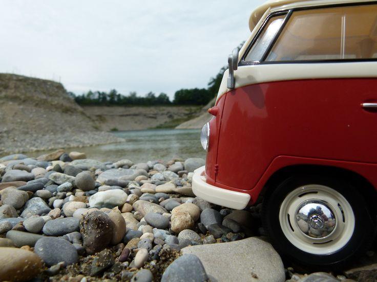 Wer kennt ihn nicht den legendären Bulli von VW. Dieser schöne Transporter war das erste Modell des VW-Busses und wurde zwischen den Jahren 1950 und 1967 hergestellt. Das Original hatte einen luftgekühlten 4 Zylinder Boxermotor. Jamara bringt dieses Fahrzeug als ferngesteuerte Variante auf den Markt. Endlich kann der Traum wahr werden einmal diesen Oldtimer zu fahren. Offiziell lizensiert im Maßstab 1:16. Eine tolle Optik mit einem detailgetreuen Innenraum und Fahrlicht.