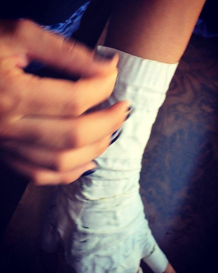 TIP Henna Tatooine: Al tener nuestra pasta hecha y dibujar nuestro diseño el mejor consejo para que no vuelvas tu ropa o tu cama un desastre y dañes todo el diseño es: que antes de dormir coloques cinta quirúrgica encima de tu tatuaje hasta el día siguiente si tienes veyitos dolerá un poco en retirar pero quedará hermoso e intacto!! Buen día Hennalovers #hennatattoo #henna #tips #natural #ink #tattoo #namaste #buendía #goodmorning #design #follow4follow