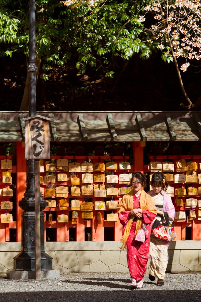 Jóvenes japonesas visitando el santuario Fushimi Inari taisha en Fushimi-ku, Kyoto, Japan / Japón