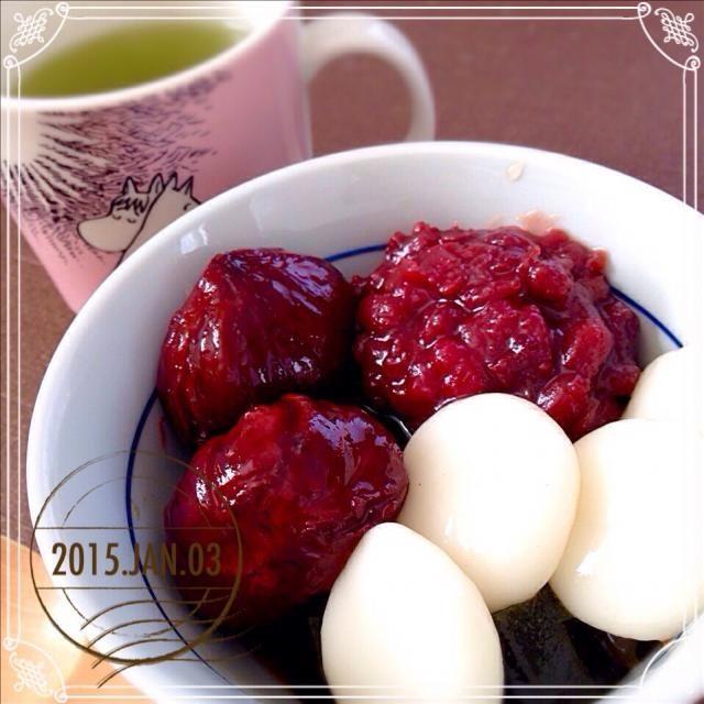 (見えないけど)青汁寒天をベースに入れ、白玉と小豆餡、栗の渋皮煮を乗せたなんちゃってあんみつを作ってみました。ここまで甘いのを乗せたら、さすがにヘルシーじゃないよヾ(´ー`)ノ  青汁寒天はそのまま食べても、意外に美味しいです。 - 156件のもぐもぐ - 抹茶あんみつ…と見せかけてじつは青汁あんみつ by sakuramochi14