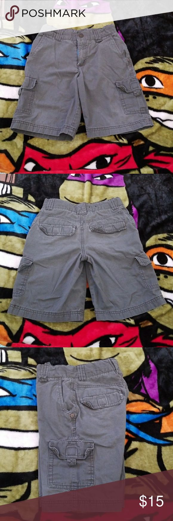 Boys Size 6 Shaun White grey cargo shorts Boys Size 6 Shaun White grey cargo shorts with adjustable waist and push button clasp closure. Lightweight and comfortable. 100% cotton. Gently used but in excellent condition. Shaun White Bottoms Shorts