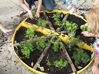 PIZZA GARDEN! I love this idea! Plant tomatoes, basil, peppers, onion, oregano, and garlic. Totally doing this with my kids! #pizzagarden