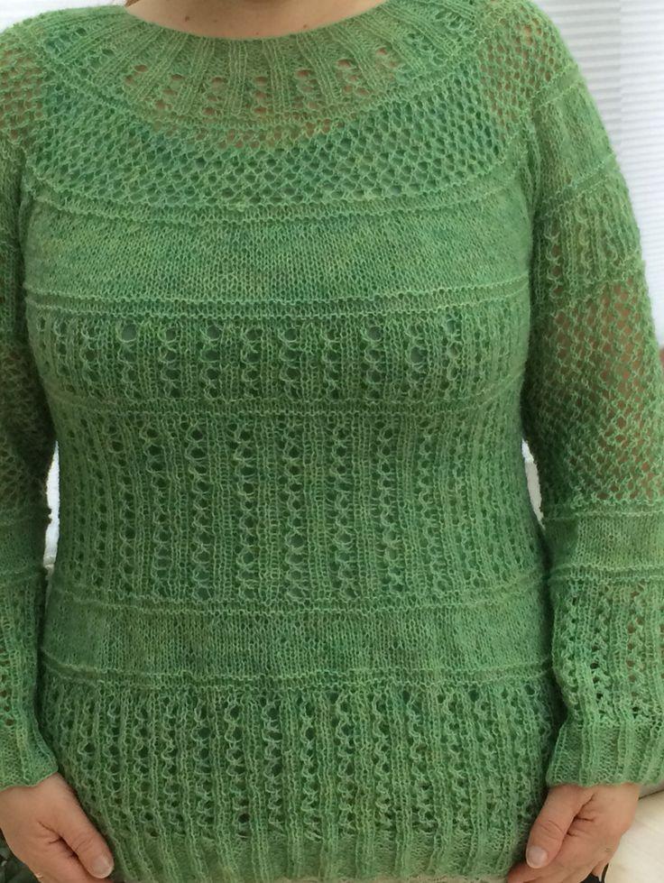 Endelig ferdig!!!! Har tatt lang tid, en genser som har blitt lagt bort mange ganger, men nå måtte jeg bare fullføre den. Garn fra iceyarn. Oppskrift fra drops design med en egen vri.