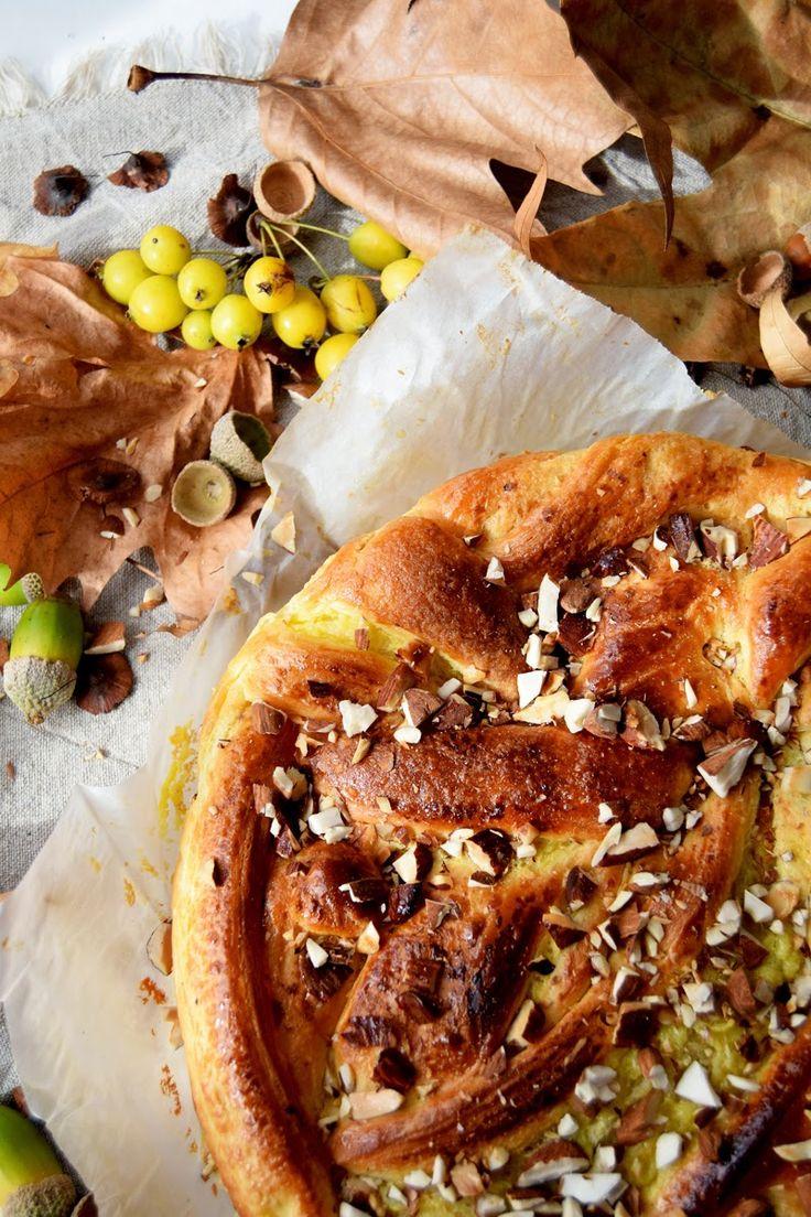 Treccia di pasta croissant con mandorle (Tresse de pâte croissant à l'italienne avec amandes)