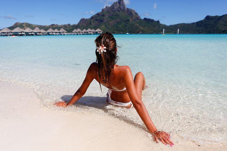 bruneta sexy pe o plaja din Bora Bora.  franceză Polinezia