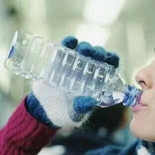 Anche con il freddo..non dimenticarti di bere! L'acqua aiuta a controllare importanti funzioni fisiologiche: Trasporto di nutrienti Digestione Temperatura corporea Lubrifica organi e articolazioni Elimina le tossine Si consigliano mediamente 8/10 bicchieri al giorno.. puoi aiutarti anche con tè, tisane, frullati e centrifugati ;-)  ❌attenzione ai succhi e alle bevande energetiche o dolci! ❌ #lifestyle #healthylife #coachdany