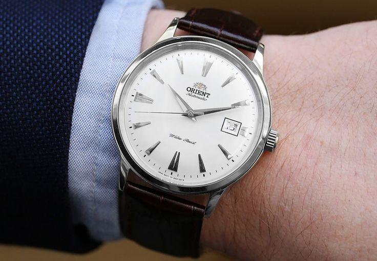 Montre Homme Orient Bambino ER2400MW, bracelet en cuir marron et boîtier en acier, cadran blanc.