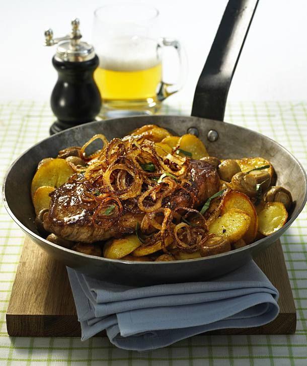 Zwiebel-Steaks zu Champignons und Bratkartoffeln