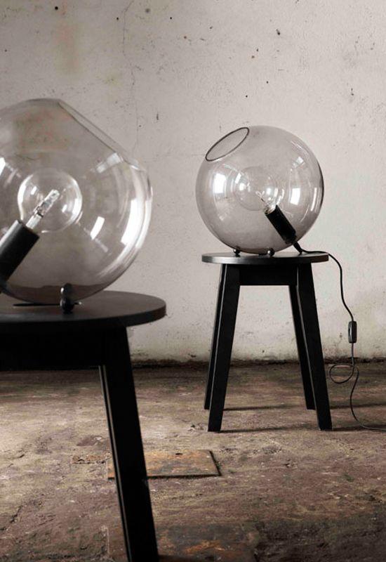 Hollie. En bordslampa från Pholc där ljuskällan sitter inne i en glaskupa.