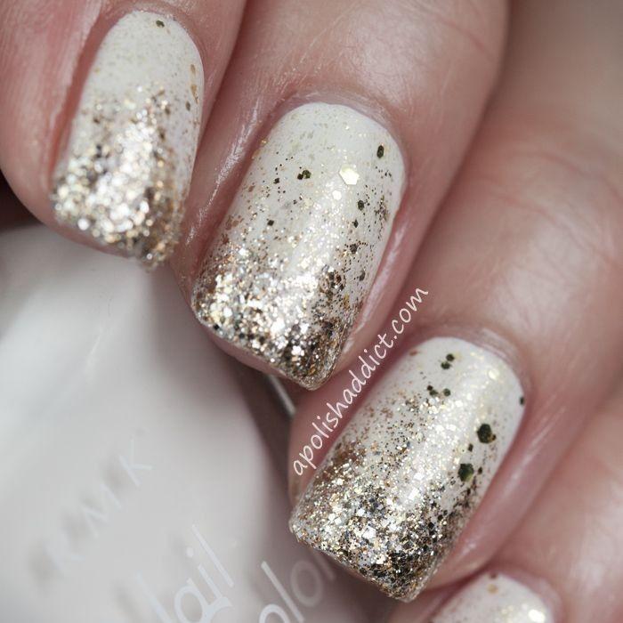 Hermosas uñas en color blanco hueso decoradas con brillos dorados en las puntas