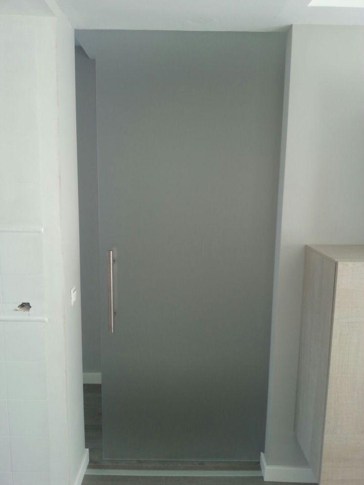 puerta corredera en vidrio mate con herrajes saheco y tirador inox mate