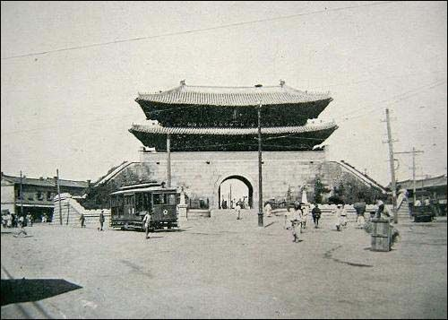Sungnyemun 1908 - shortly after the walls 삶의 여로 속에서 : 조선시대 사진 - 숭례문