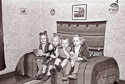 Hetekalla istuvia lapsia 1950-luvulla - Heteka – Wikipedia Heteka ja sängynpeite ja seinävaate tyypillisiä 1950- ja vielä 1960-luvuilla