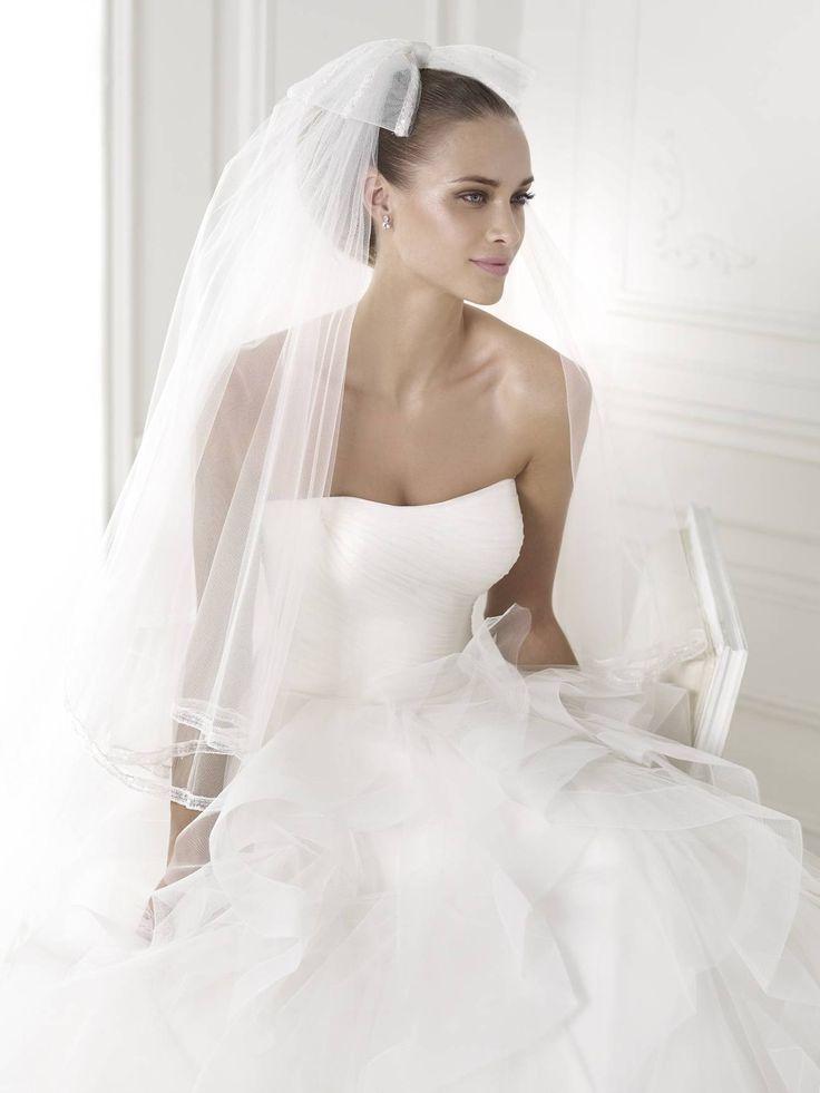 Álomszép 2015-ös esküvői ruhák a Pronoviastól a La Mariée Budapest menyasszonyi ruhaszalonban. A Pronovias Belia esküvői ruha is a 2015-ös kollekció büszkesége, mely kedvezményes áron kölcsönözhető vagy meg is vásárolható.