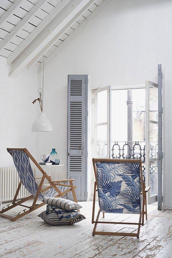 Sillas en ventanal casa decorada en azul | DEF Deco - Decorar en familia