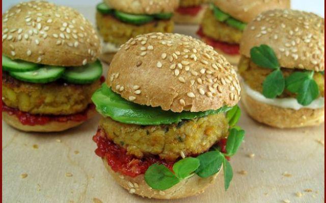 Cucina vegan: hamburger di ceci Hamburger ideale per vegani che, proprio come quello classico, si gusta in mezzo al pane morbido. Di facile esecuzione, costituisce un secondo piatto pronto in 40 minuti e con circa 214 calorie per 1 #ceci #hamburger #vegan