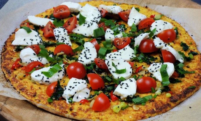 Bezlepková pizza z květáku s medvědím česnekem