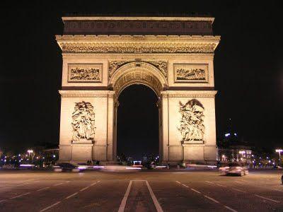 Monumen yang tingginya 51 meter dan lebar 45 meter ini disamping sebagai pintu gerbang kota Paris, juga sebagai tempat untuk meletakkan prasasti para Pejuang yang tidak dikenal dan sering dijadikan sebagai tempat berziarah dan peletakan karangan bunga. sebenarnya arc de triomphe adalah sebuah monumen yang dibangun atas perintah Napoleon Bonaparte untuk mengenang jasa-jasa tentara kebesarannya.
