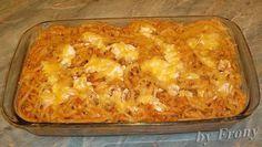 Hozzávalók (4 főre)  40 dkg makaróni kb. 40 dkg csirkemell 1 fej hagyma 2 ek liszt 2 dl tejföl 3 tojás 10 dkg sajt só…