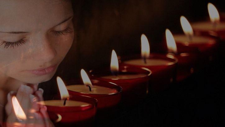 5 Fakta Mengapa Umat Katolik Menggunakan Lilin Saat Berdoa, Amorpost.com-Bagi, umat Katolik, lilin mendapat posisi yang sangat signifikan saat berdoa pribadi maupun ibadah-ibadah bersama di komunitas. Suasana doa akan terasa khusuk ketika lilin sudah dinyalakan. Lebih lanjut, lilin bukan hanya dibakar saat-saat doa pribadi maupun bersama, tetapi juga lilin dipergunakan saat orang Katolik mengunjungi kuburan...