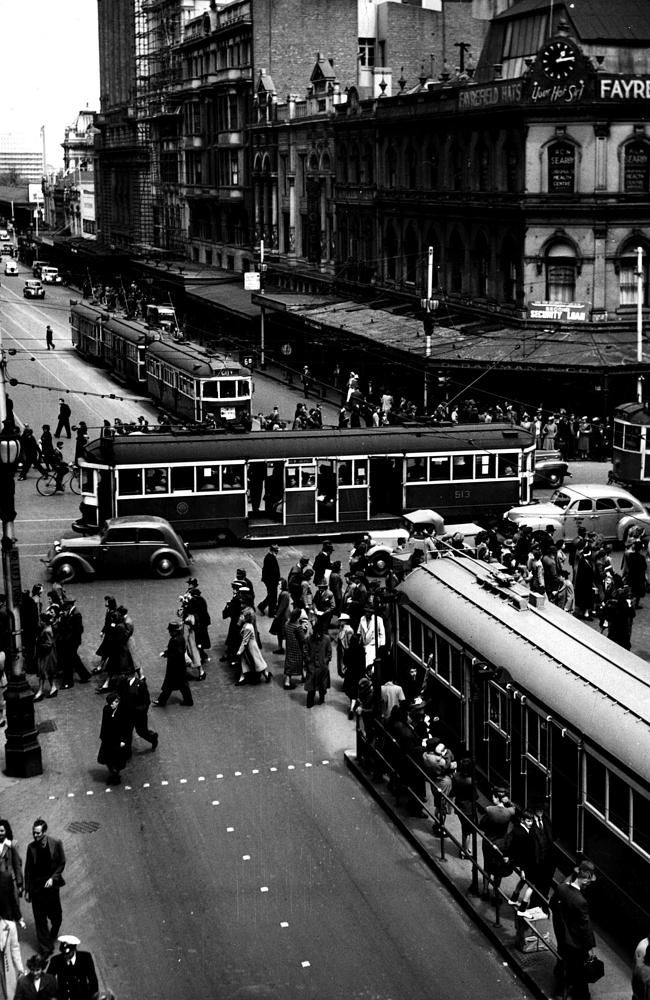 Damman's Corner at the intersection of Swanston and Collins Streets, Melbourne in 1946. v@e.