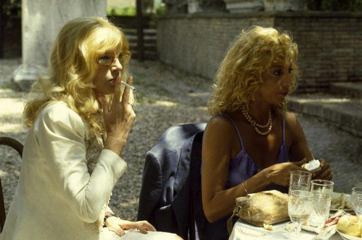 Monica Vitti e Mariangela Melato durante una pausa sul set negli anni Settanta