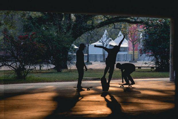 Skate na marquise A marquise reúne skatistas, patinadores e ciclistas que aproveitam o piso regular e a cobertura dela para fazer manobras. Este é apenas um dos pontos para atletas no parque. Há também a pista de Cooper, parque infantil, ciclofaixa, bicicletário com aluguel de bicicleta, aparelhos de ginástica, além das já citadas quadras poliesportivas.