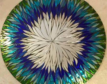 Ooooohhhh... ¡ Mira el coloooooors!  es un espejo de mosaico hecho a mano, corte de mano todos. Se trata de un total de 23,5 circular... Tiene un espejo centro compuesto a mano alzada de cortar los pétalos. Esta pieza sería una adición hermosa a cualquier decoración... un pedazo de conversación, los colores muy pop. El diseño es muy colorido. Es una completa explosión de pétalos.  El vidrio es transparente, con plata en cada pieza, para mejorar las propiedades reflectantes. Hay distintos…