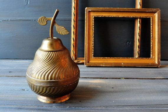 Vintage large brass pear jewellry box, trinket holder. In good vintage condition with patina on the brass.  Measurement: 7 (17 cm ) high. THIS IS