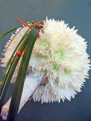Chrysanthemum Euro white, ornithogalum arabicum http://holmsundsblommor.blogspot.se/2008/08/brudbukett-vit-boll.html 080824