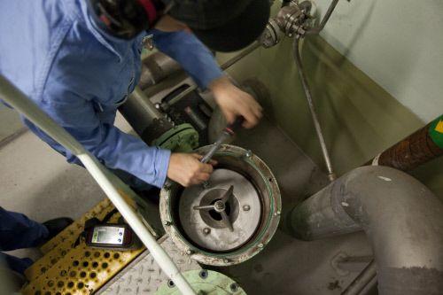 Employé Gazocéan au travail dans le méthanier #ENGIE  Le gaz naturel et GNL sont des sources d'énergie singulières et incontournables, découvrez pourquoi en cliquant sur la photo.