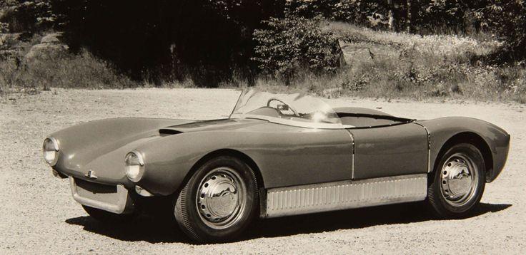 """Den femte bilen var lackerad i en klarblå kulör och visades bland annat på bilsalongen i Paris hösten 1957. Den har hela tiden funnits kvar hos Saab och finns idag, liksom den vita """"ettan"""", på Saab Bilmuseum i Trollhättan. Den är fortfarande blå, men skiljer sig från de övriga Sonett genom att vara treväxlad."""