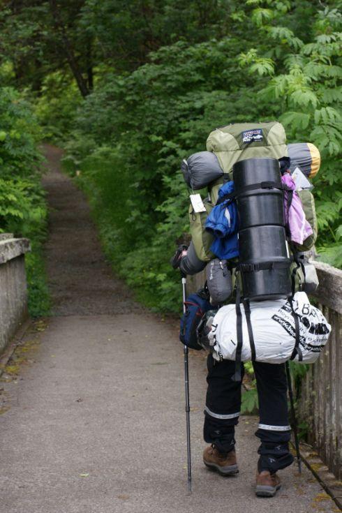 ULTRALIGHT YÜRÜYÜŞÜN PÜF NOKTALARI - Sırt çantası ile uzun süreli doğa yürüyüşüne çıkanlar iyi bilirler. Ağırlık kısa bir süre sonra can yakıcı, yürüyüş devam ettikçe bezdirici, en sonunda da havlu attırıcı bir hal alır. Ya yürüyüşü bırakırsınız, ya da karşınıza çıkacak ilk yerleşim yerinden malzemelerinizin yarısını eve geri kargolarsınız.