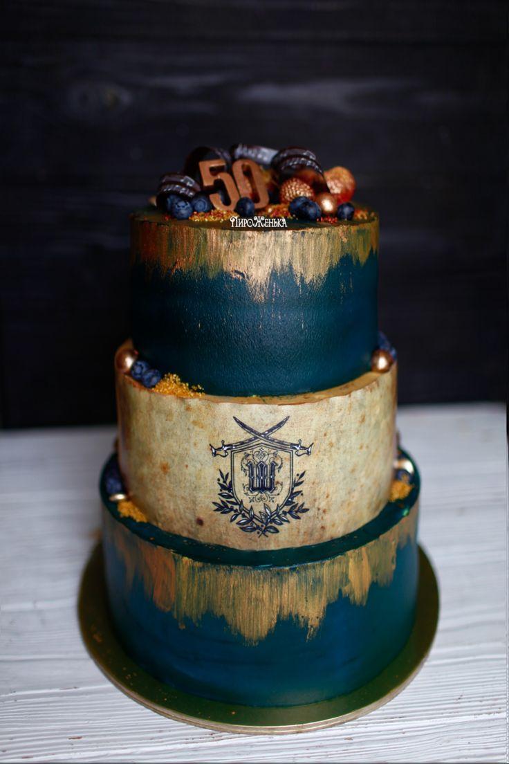 Мужской торт с монограммой. Нижний ярус классический красный бархат, средний шоколадный бисквит, карамель, кешью и сливочный кремчиз. Верхний пломбирно-клубничный торт, ванильный легкий бисквит пропитан пломбиром и кремчиз с клубникой. Автор instagram.com/piro_jenka
