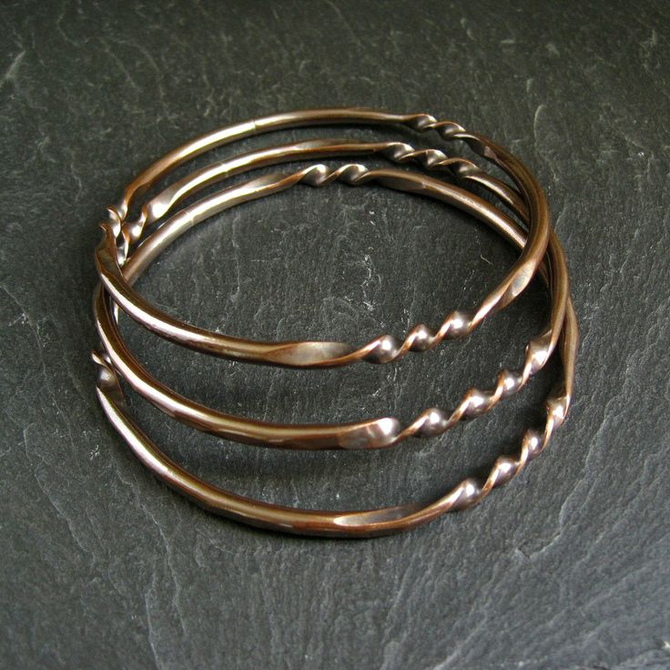 tutorial for Copper Bangles - round wire was first flattened in e places, then twisted - Bracciale con filo ritorto
