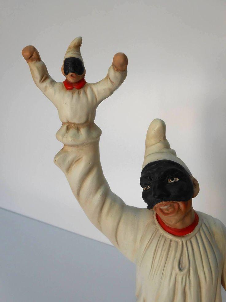 Statuina di Pulcinella con marionetta in porcellana di Capodimonte.