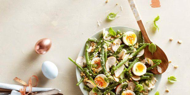 Salade van afgehaalde sperziebonen, gekookte eieren en plakjes gerookte kip met een dressing van zelfgemaakte pesto.