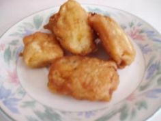 Pisang goreng (gebakken banaan) is een lekker recept en bevat de volgende ingrediënten: 4 rijpe bakbananen, 1 ei, 225 gr bloem, 1 tl bakpoeder, 1 dl melk, 3 el water, 1 pakje vanillesuiker, 3 el suiker, zout, olie
