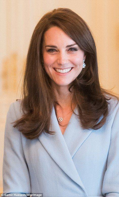 Kate a offert avec 3 500 boucles d'oreilles bleues en topaze et diamant