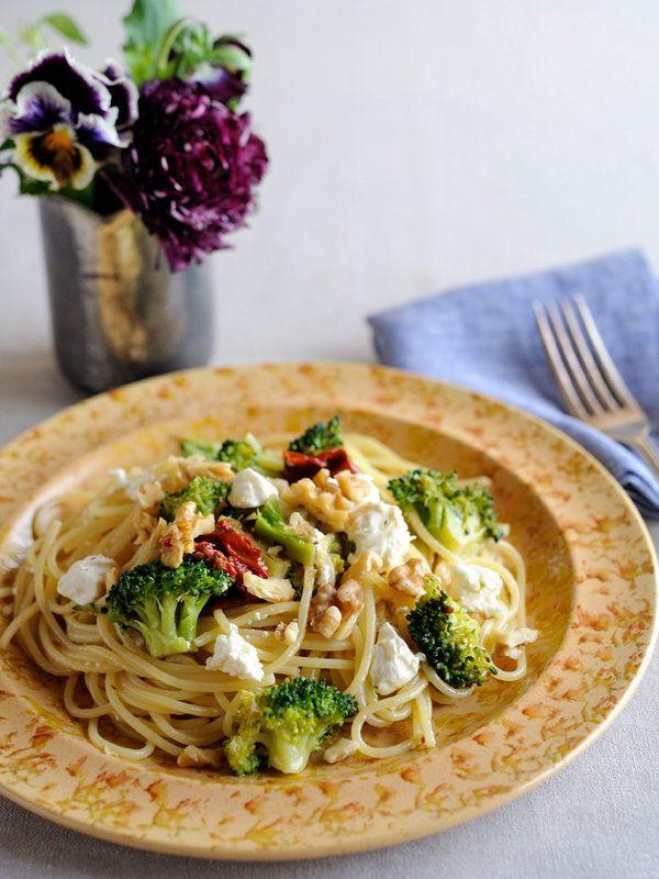 Recipe : 水切りヨーグルトのオイルスパゲティ/しっかりと水を切れば、まるでフェタチーズのような食感に! ヘルシーな春パスタはいかが?