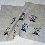 Kuusjokelaisen Kirsi Laarin käsinpainamat kestävät pyyhkeet ovat 100% pellavaa.  Kirsi suunnittelee itse kuvat, jotka hän painaa pyyhkeisiinsä itse sekoittamillaan väreillä.  Monikäyttöiset pellavapyyhkeet soveltuvat niin keittiöön, kylpyhuoneeseen kuin saunaankin.  Materiaali: 100% pellavaa  Koko 50×68 cm Valmistaja Liinalaari Kuusjoelta  Tuotteen hinta sisältää arvonlisäveron 24%