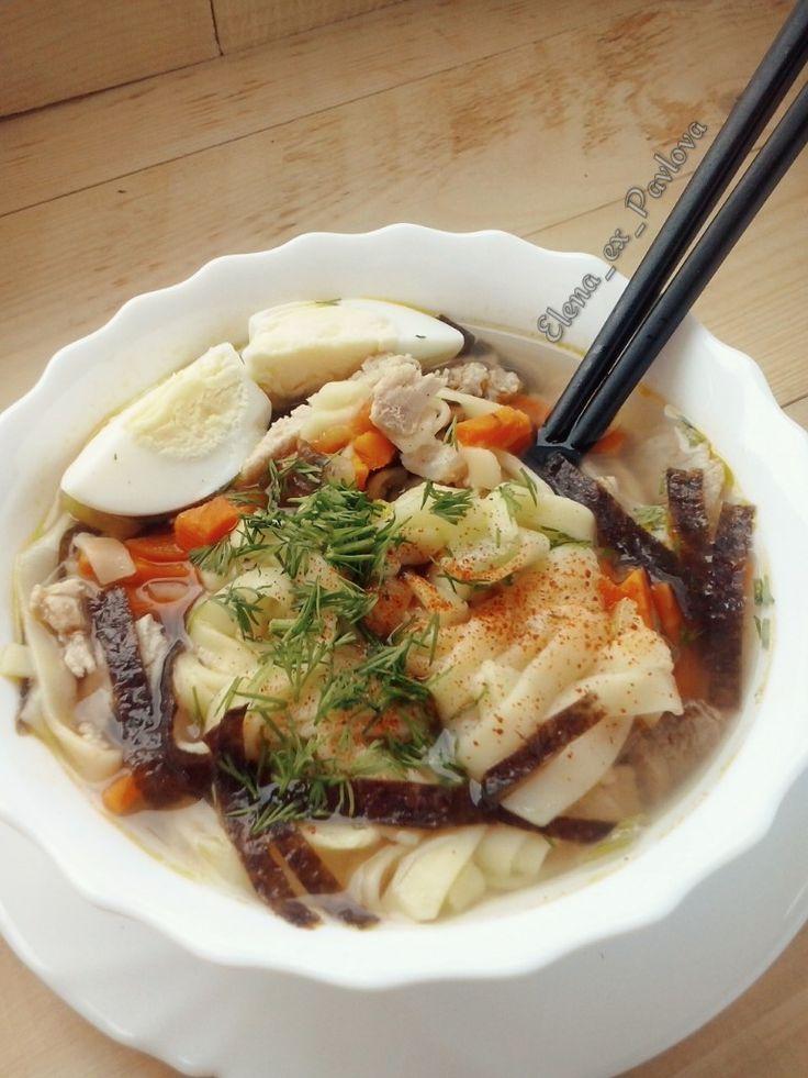 """Японский суп с лапшой """"Рамен"""" 1 красный перец; 1 средняя морковь; 3ст.л соевого соуса; 300 грамм лапши рамэн (пшеничная лапша) 1 головка репчатого лука; 2 отварных в крутую яйца; 2 листа сушёных водорослей нори (продают в упаковке для суши); 50 мл. кунжутного масла (можно заменить подсолнечным, но вкус супа изменится); 2 куриные грудки (если хотите, чтобы бульон был более наваристый и жирный, возьмите 1 большую куриную ножку); лук зелёный для украшения."""