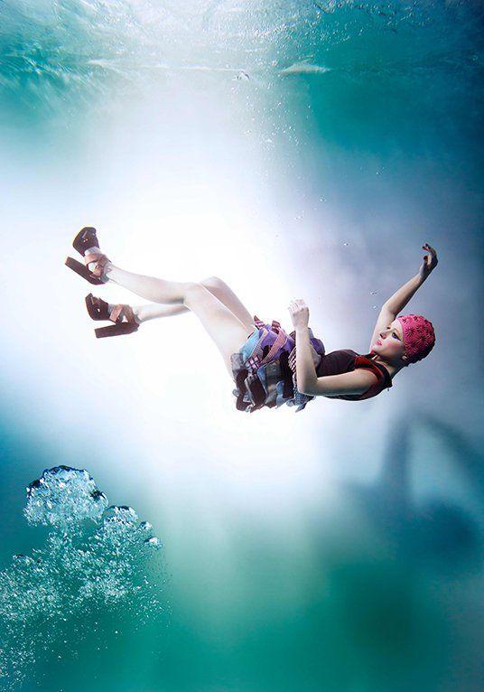 La fotografía acuática es una de las pasiones de Szymon Kobusinski. O2, Medalists, Save from Oblivion, Passion, Light of Life y Another World, son algunas de las series fotográficas que representan muy bien lo que este fotógrafo puede lograr bajo el agua.