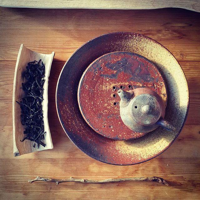 Morning. Mi Xian Shui Xian oolong. #tea #chinesetea #chaxi #oolong #teaceramics #teaboat by @7rzej #teapot by @potsandtea #woodfiredceramics #woodenscoop #teatools #wood #suntime #morning #chadao